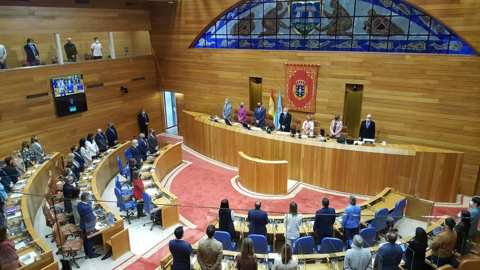 Al inicio de la sesión se guardó un minuto por Valeriano Domínguez - FOTO: Parlamento de Galicia
