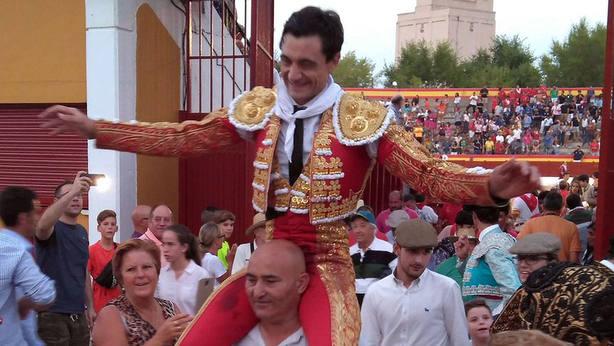 Paco Ureña en su salida a hombros este lunes en El Casar