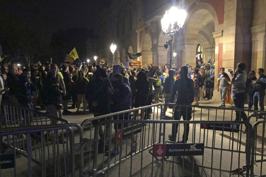 Manifestantes ante las puertas del Parlament