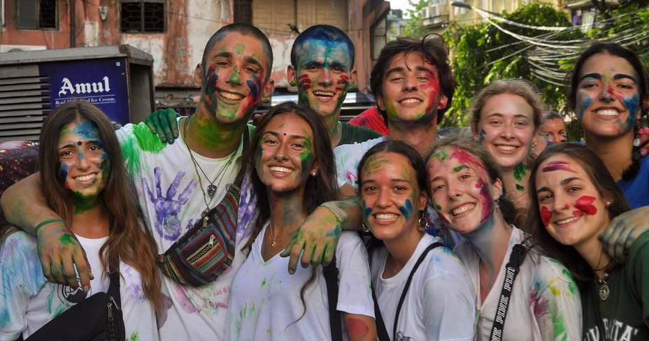 Jóvenes de Hakuna en un voluntariado en La India
