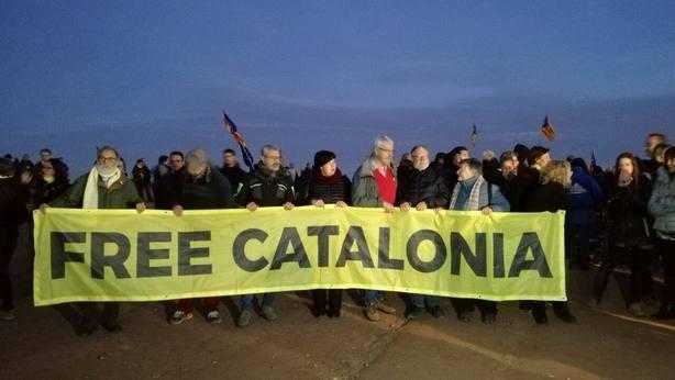 Cientos de personas rodean la cárcel de Lledoners para apoyar a Turull y Sànchez
