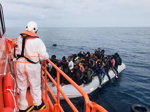 Rescatados 77 inmigrantes de una patera en Mar de Alborán