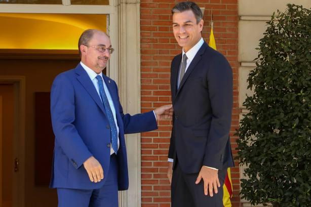 El presidente del Gobierno, Pedro Sanchez, se reune con el presidente de Aragon, Javier Lamban, en el complejo de La Moncloa
