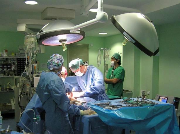 Foto de archivo de una operación de cirujía vascular