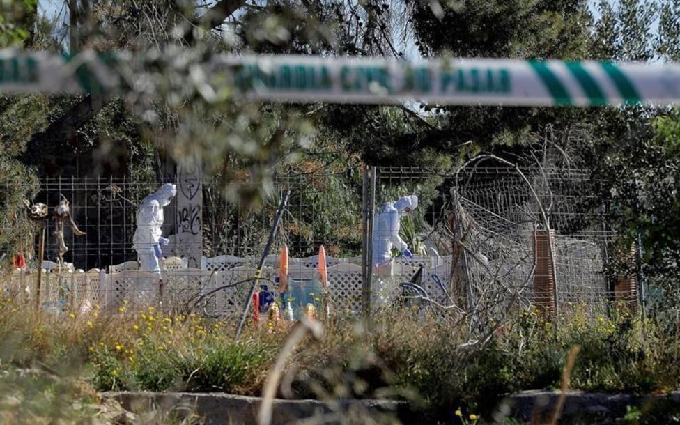 Investigadores de la Guardia Civil en la zona donde se encontraron los cuerpos de los niños asesinados en Gode