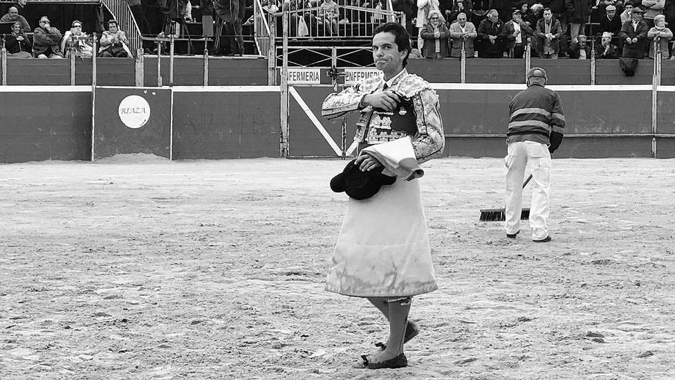 Juan del Álamo mostrando la oreja conquistada este sábado en la plaza segoviana de Riaza