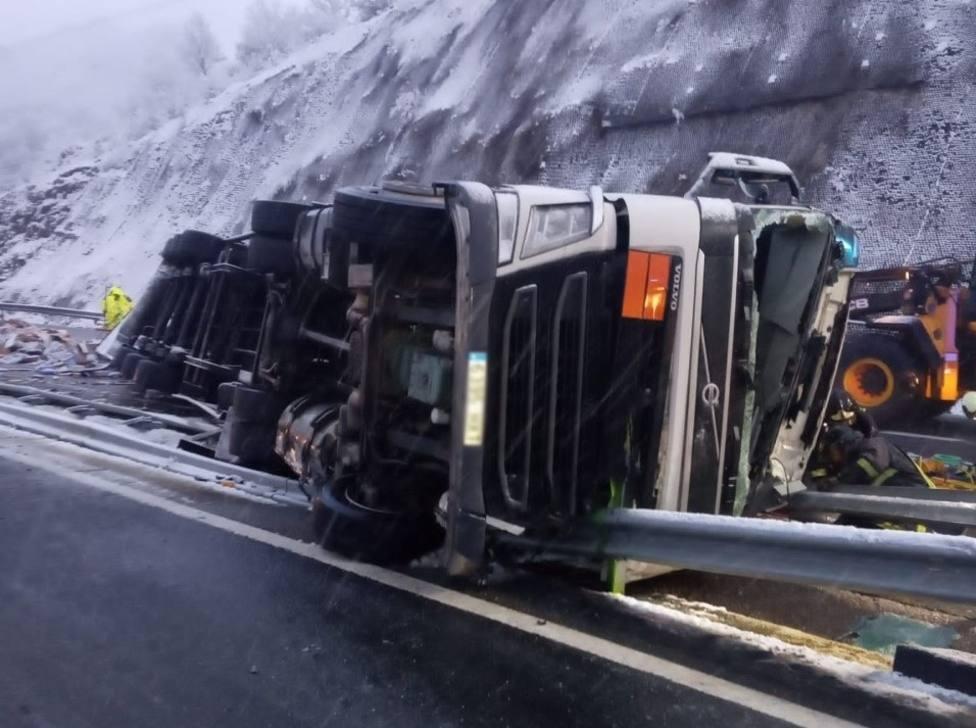 Camión accidentado en la AP-66