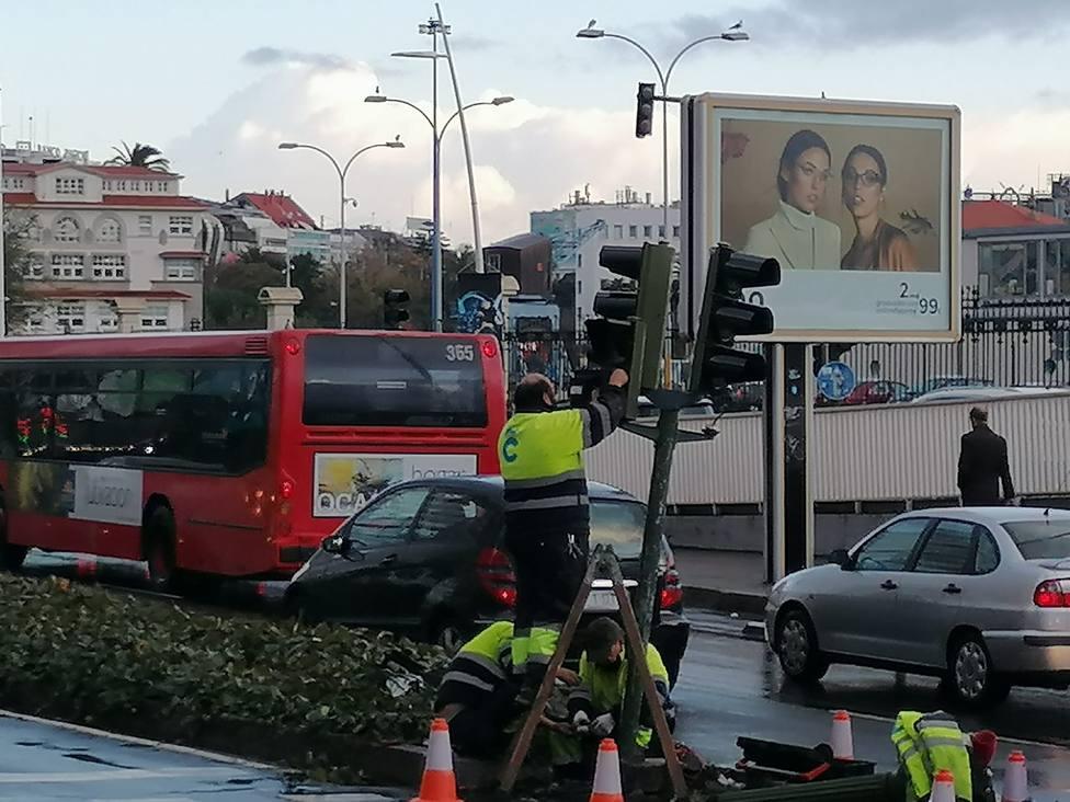 Arreglo del semáforo estropeado en Linares Rivas
