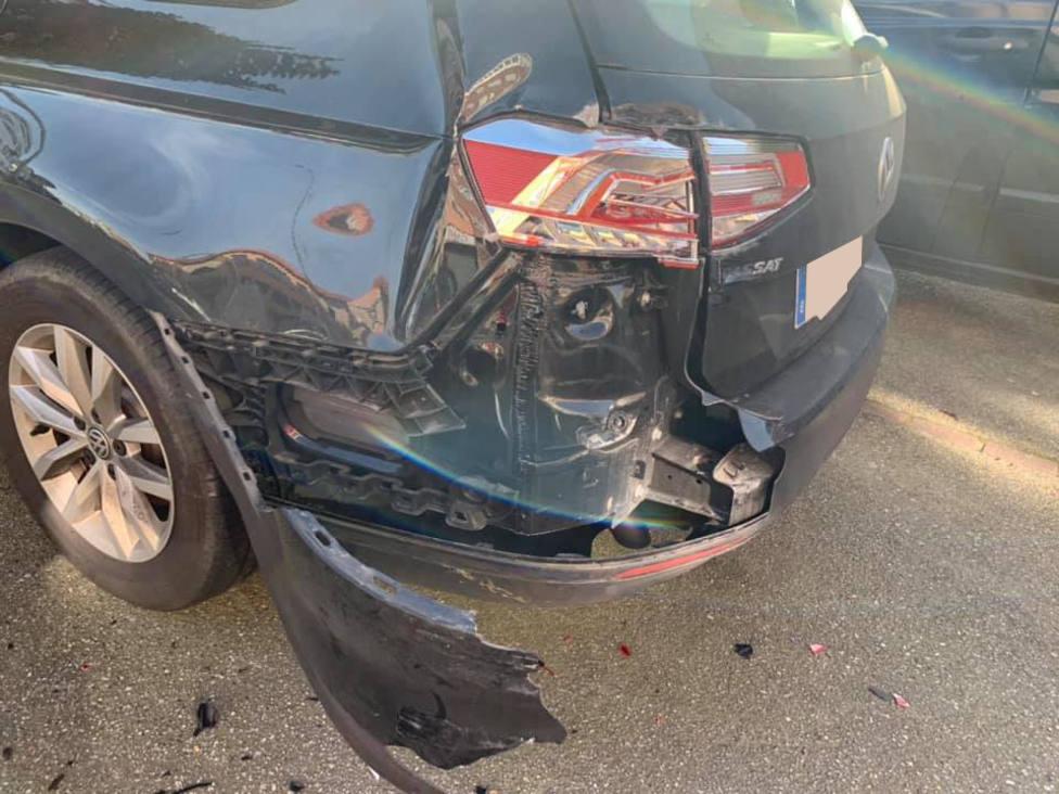 El vehículo estacionado resultó con daños importantes - FOTO: Cedida