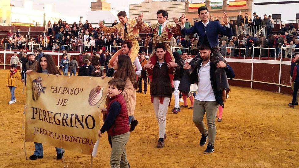 Los tres novilleros triunfadores, a hombros en la plaza de La Puebla del Río