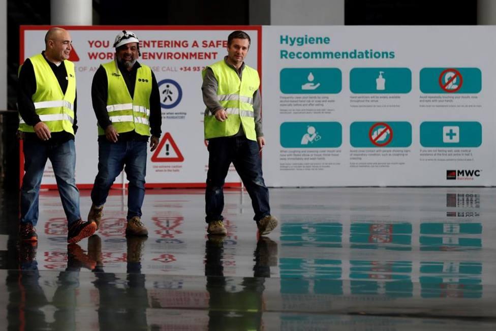 Trabajadores de las instalaciones de Hospitalet donde se celebrará el Congreso de Móviles