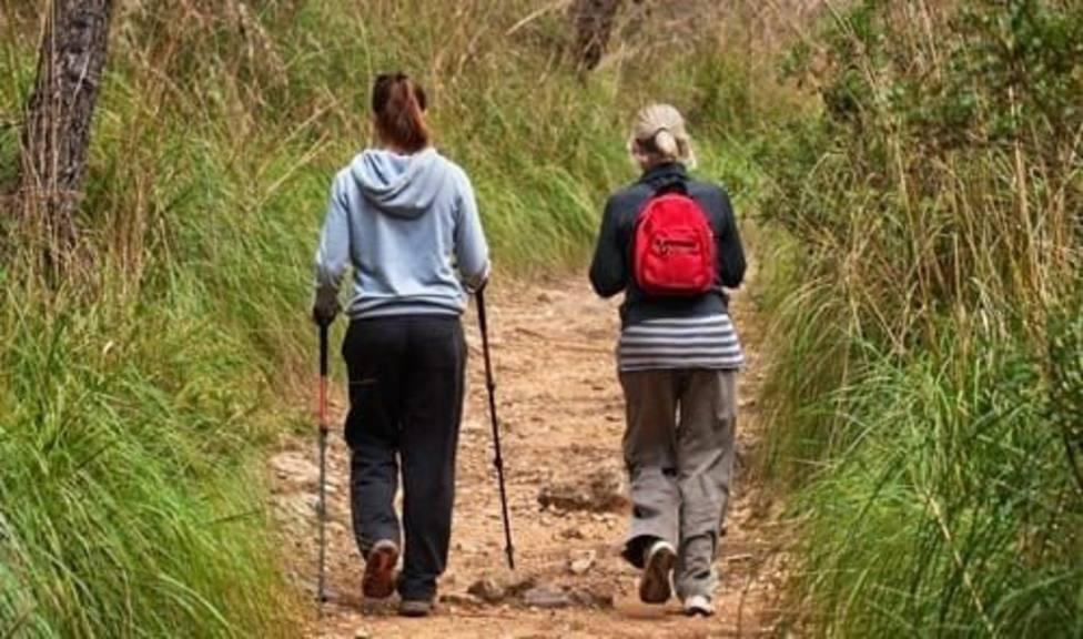 Dos personas paseando
