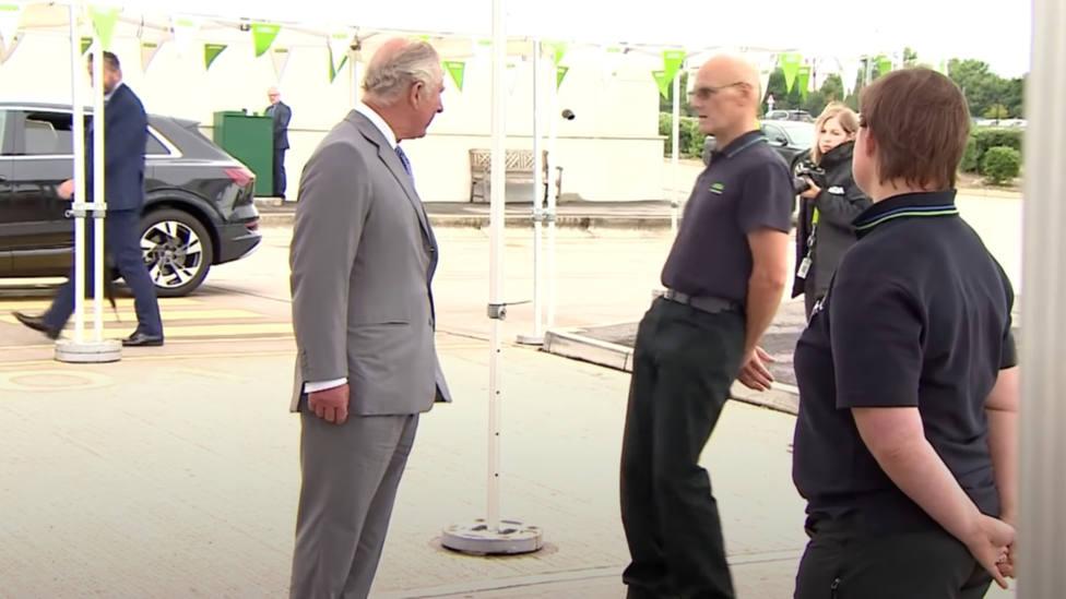El inesperado desmayo de un ciudadano en presencia del príncipe Carlos de Inglaterra
