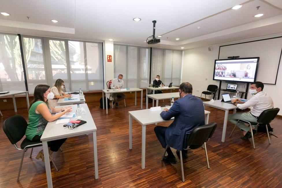 Gobierno de Canarias y cabildos pactan financiar test a los turistas y empezar en octubre