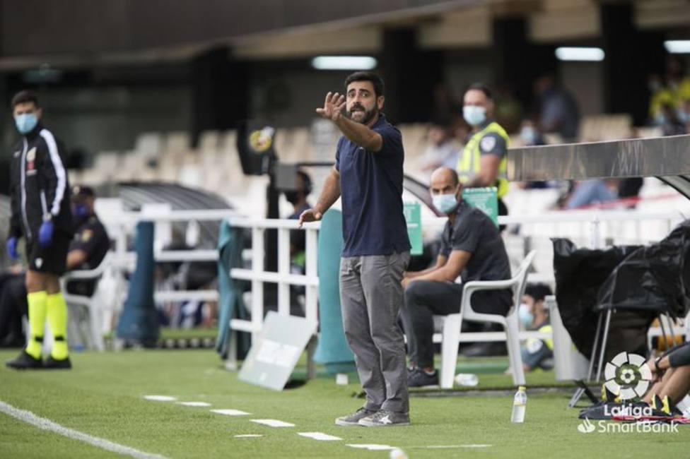 David Gallego, con Mario Cotelo al fondo, da indicaciones en un partido del Sporting