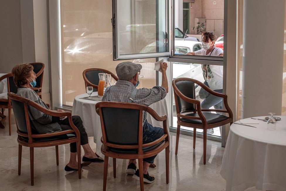 Dos familiares podrán visitar a mayores en residencias durante una hora en Navidad