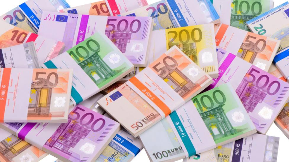 Foto de archivo de billetes de distinta cantidad de euro