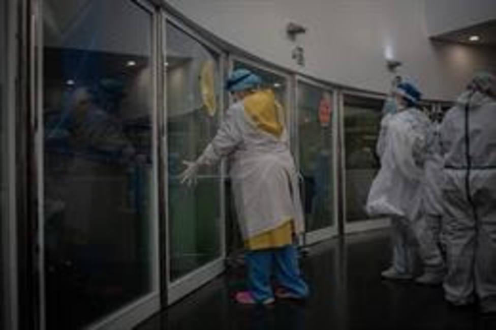Trabajadores sanitarios protegidos en la Unidad de Cuidados Intensivos