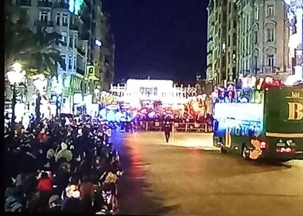 La Cabalgata de Reyes en Valencia, fuera de control: cientos de personas se concentran en las calles