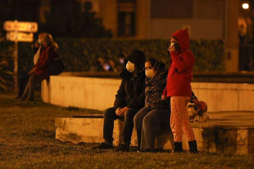 Vecinos de Granada salen a la calle tras los fuertes terremotos de este martes