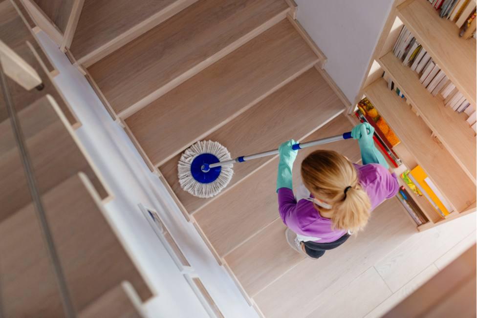 Una trabajadora realizando trabajos de limpieza en una vivienda