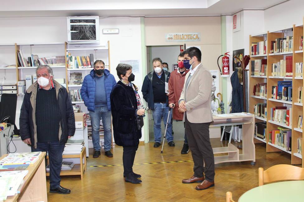 Gabriel Alén y la alcaldesa de Xinzo visitan la biblioteca de la Casa de la Cultura