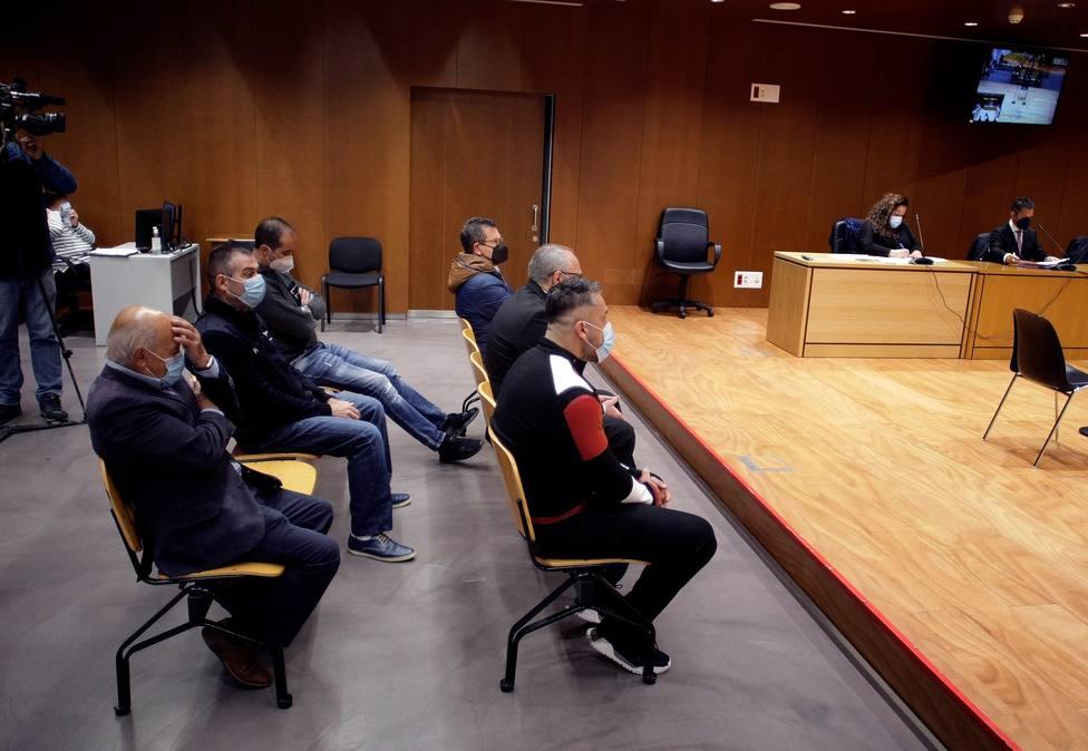 Seis de los acusados, dos de Ferrol, en la sala de vistas - FOTO: EFE / Cabalar