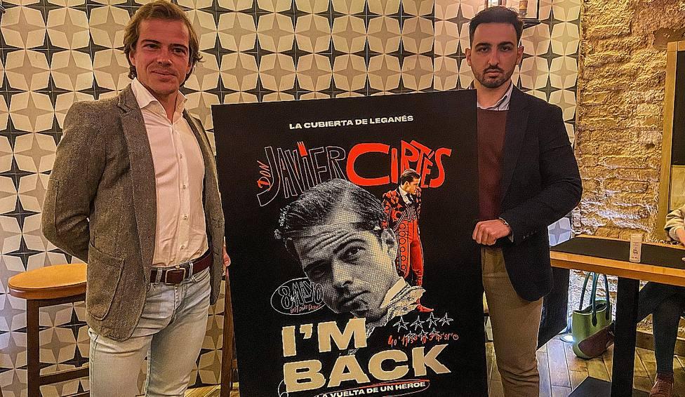 Javier Cortés e Iván Estupiñá junto al cartel anunciador de la reaparición en Leganés
