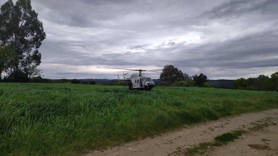 El helicóptero de la Guardia Civil aterrizó en la carretera que va de Muiños a Rao