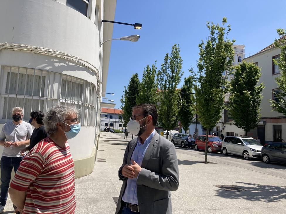 El alcalde de Ferrol, Ángel Mato, visitó la nueva iluminación de la calle Alegre. FOTO: concello Ferrol