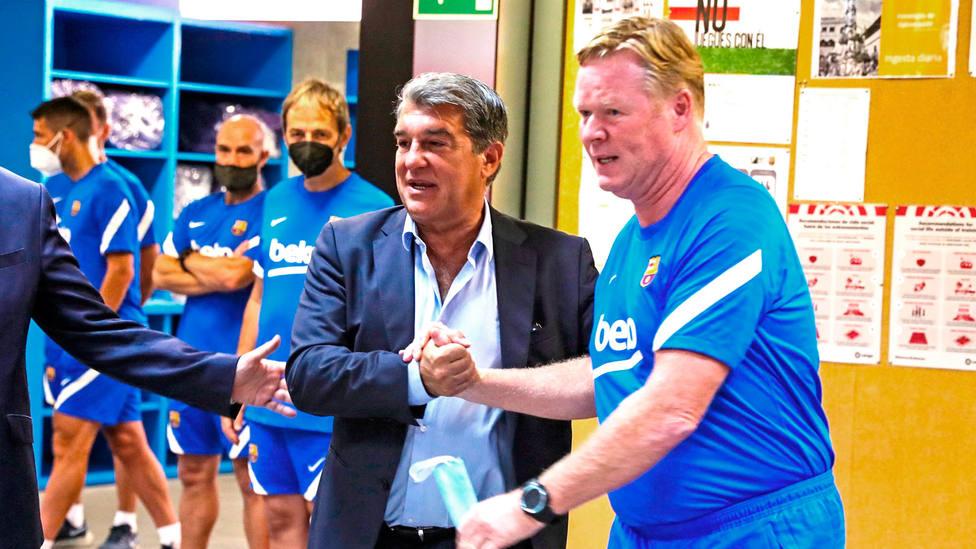 Joan Laporta saluda a Ronald Koeman en el primer día de entrenamientos del Barcelona (FOTO: FCB)