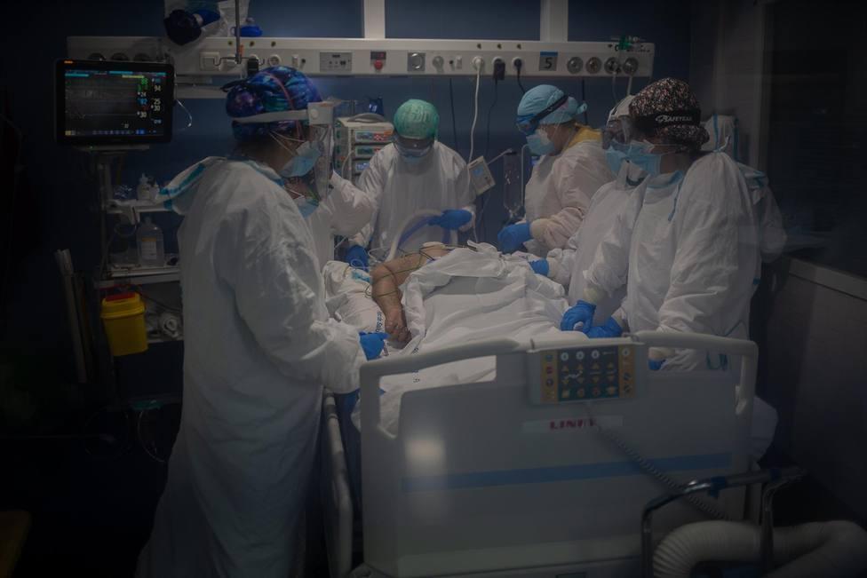 ctv-kmp-rabajadores-sanitarios-protegidos-atienden-a-un-paciente-en-la-unidad-de-cuidados-intensivos-en-una-imagen-de-archivo