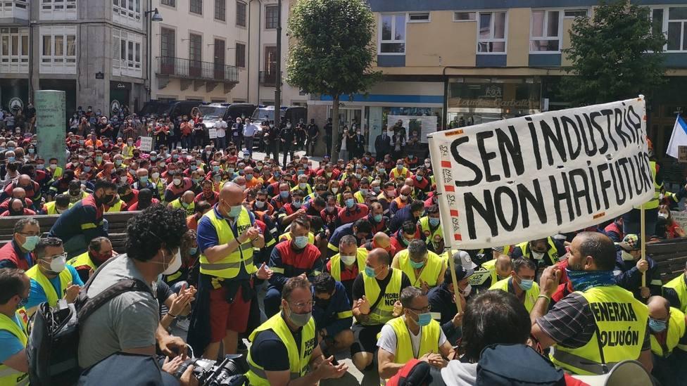 Sentada de los trabajadores de Alcoa ante la Subdelegación del Gobierno