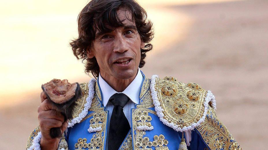 Curro Díaz mostrando la oreja cortada este sábado en Guadalajara