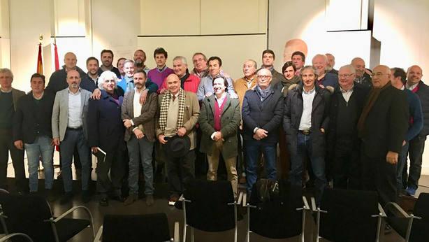 Foto de grupo de los representantes de las distintas escuelas taurinas reunidos en Las Ventsa