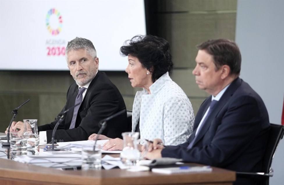 Isabel Celaá, ministra portavoz, acompañada por Grande Marlaska y Luis Planas