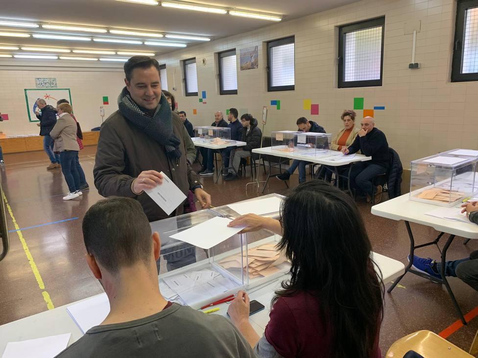 Daniel de la Rosa votando