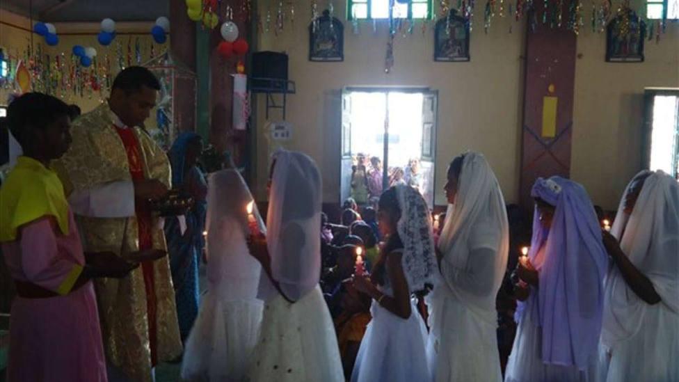 Varios niños reciben la primera comunión en un estado indio donde asesinaron a decenas de cristianos en 2008