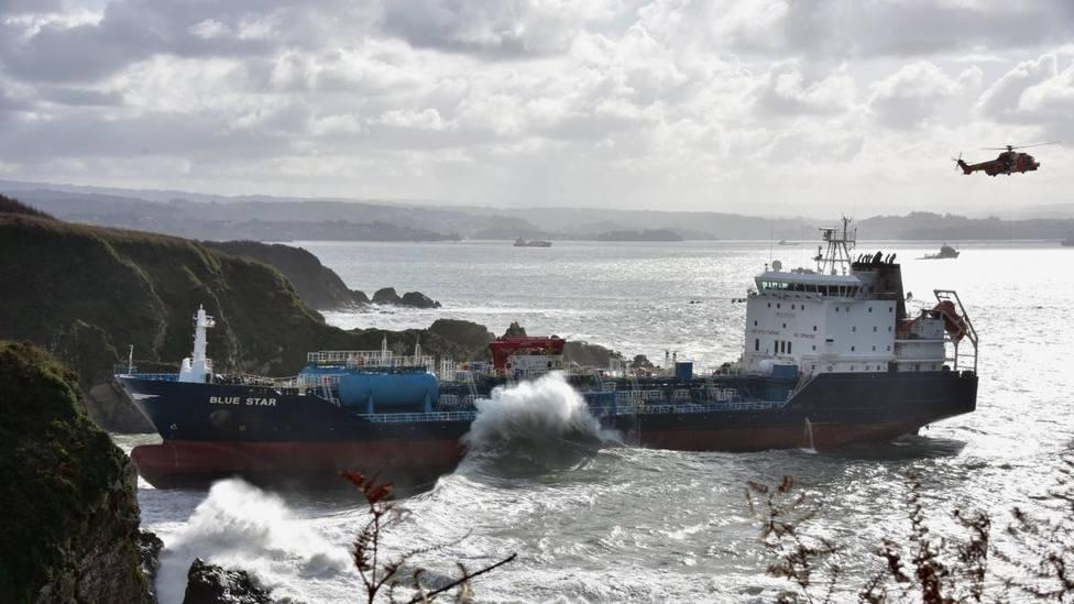 Smit Salvage retoma el remolque del Blue Star a expensas de las mareas