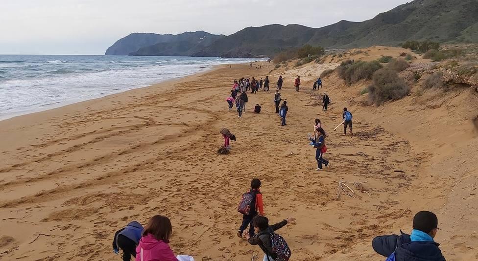 Cien niños limpian playas de Calblanque de la mano de AMPIEC