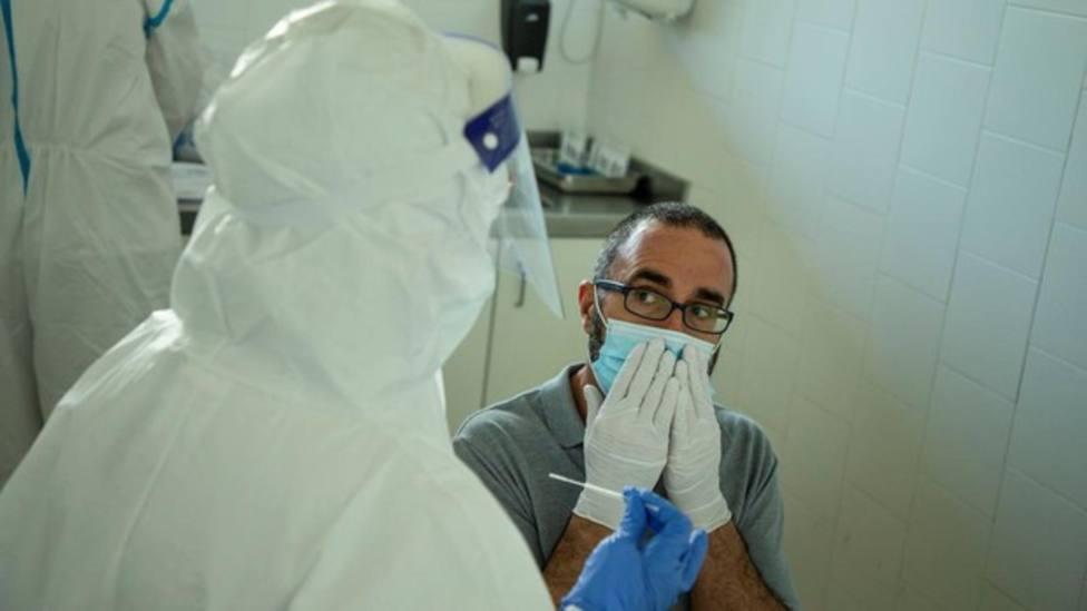 Profesionales sanitarios realizan test PCR en los Centros de Atención Primaria - Efe