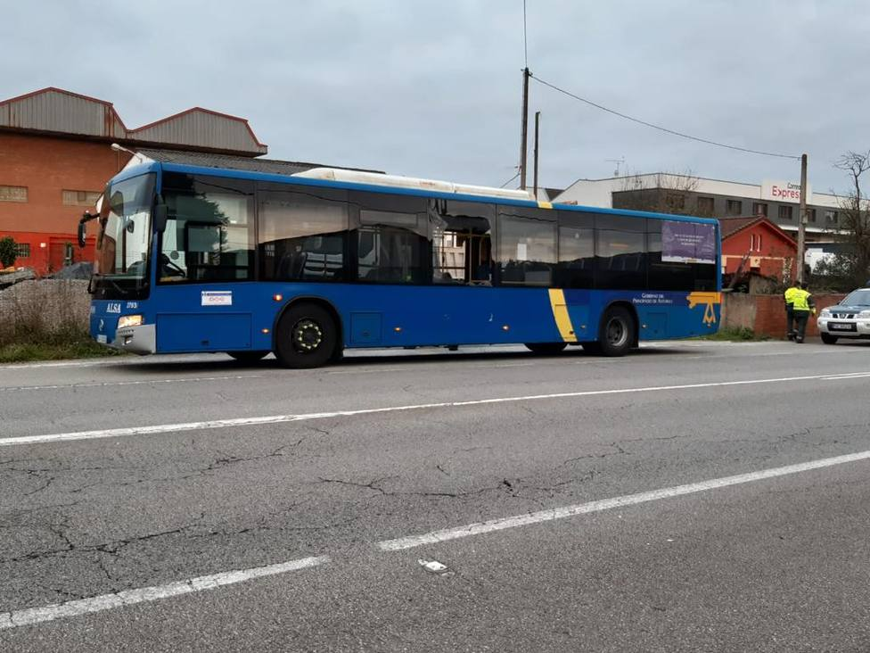 Autobús con una luna rota