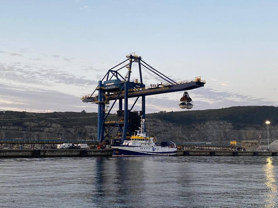 Foto de archivo de una de las grúas de Endesa para desacargar carbón en el puerto - FOTO: Endesa