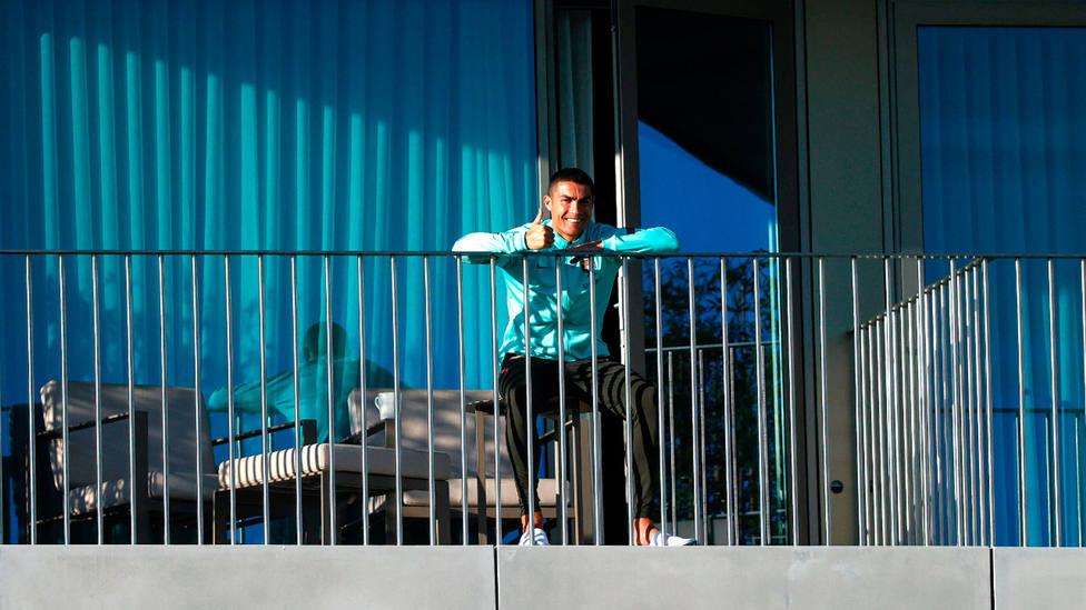 Cristiano Ronaldo, en el balcón de la habitación del hotel de concentración de la Selección de Portugal. EFE