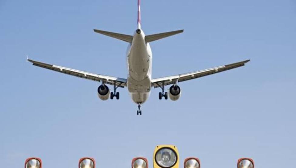 Avión aterrizando en el aeropuerto de Manises