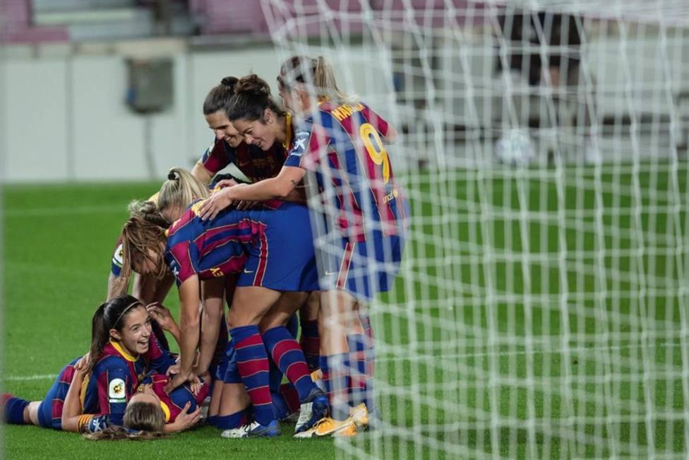 El Barcelona golea al Espanyol para seguir en lo más alto