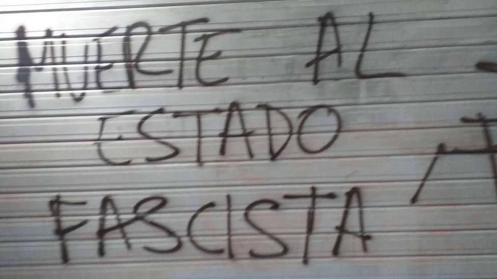 Realizan pintadas amenazantes y a favor de la puesta en libertad de Hasel en tres sedes socialistas de Bizkaia