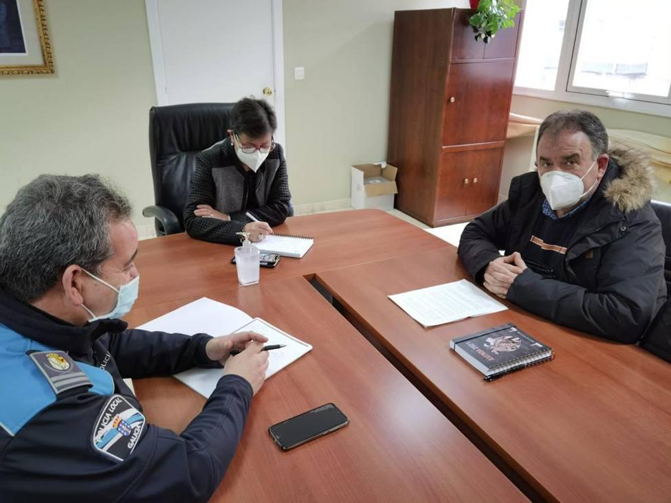 Reunión de la alcaldesa y el concejal de tráfico con el jefe de la Policía Local para organizar la feria.