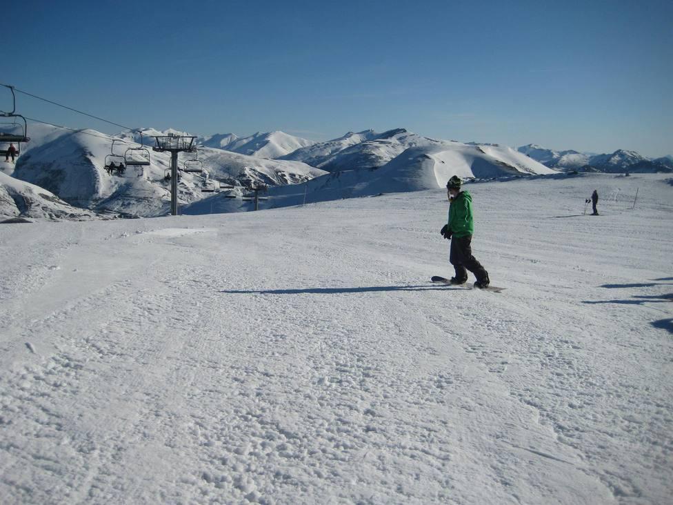 Joven practicando snowboard