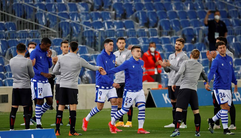 Los jugadores del Athletic hacen el pasillo a los de la Real Sociedad por el título de Campeón de Copa (EFE)